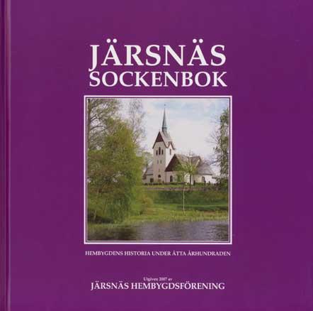 Bokomslag Järsnäs Sockenbok. Färgfoto, mot lila botten, på kyrka. I förgrunden grönska och ett vattendrag.