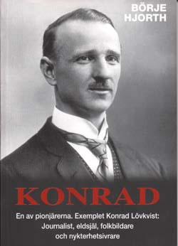 Bokomslag till Konrad - En av pionjärerna. Porträttfoto på vattenkammad man med mustasch, kavaj och slips.