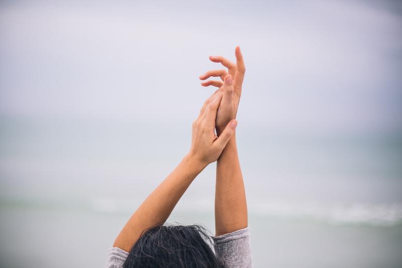 Retorikworkshop för lärare och elever. Händer, ögon, leenden och armar uppsträckta i luften.