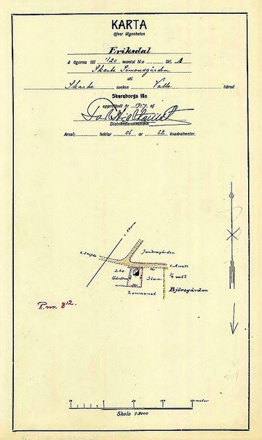 A. 21 (4) Endast digital bild! Konsum - Eriksdal - karta 1917. Fastigheten Eriksdal bildades som egen fastighet genom avsöndring från Simmesgården direkt väster om Gärdhem 1917 och hade då redan affärsbyggnaden färdiginritad. Då redan byggd och klar i november 1916, även om fomalia med köpebrev och annat dateras 1917. Köpare var Varnhems kooperativa förening u.p.a. (utan personligt ansvar). In flyttar en handelsföreståndare 18/11 1916 enligt församlingsboken. I väster fanns ännu en remsa av Simmesgårdens mark och därefter Björsgårdens (Gamla Gästgivargårdens) mark. Insatt av Kent Friman, 2014-02-17. Läs mer på www.saj-banan.se! Lantmäteriet Historiska Kartor