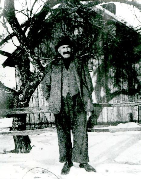 """G. 7 Gårdfarihandlaren Robert Svensson, Granbacken. Född i Våmb 1880 och flyttade först till Grönhagen 1892. Hans vänstra arm var förtvinad efter hjärnfeber i ungdomen. Sina varor hade han i två stora väskor som han drog med sig på en kärra. I den ena väskan hade han trikåunderkläder, strumpor, huvuddukar och andra tyger. Den andra väskan innehöll """"korta varor"""" såsom nålbrev, knappar, trådrullar, resårband, mm samt tvålar som spred sin doft när väskan öppnade. Robert var alltid välkommen i stugorna. Insatt av Kent Friman, 2014-03-05. Läs mer på www.ljungstorpshistoira.se!"""