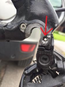Här har vi vad jag tror är orsaken till att kedjan hoppade. det saknas en skruv som håller växelöra på plats. Detta medför att hela bakväxeln går att vicka fram och tillbaka 1cm.