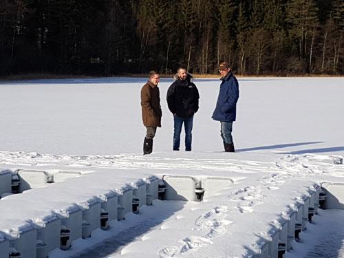 Pablo, Martin och Niels vid SITES AquaNet-plattformen i Feresjön, Asa. Foto av Ola Langvall.