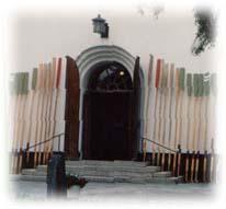 Järvsö kyrka med kyrkbåtsåror resta vid ingången.