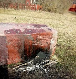 Påvestenen bränd och sönderhackad