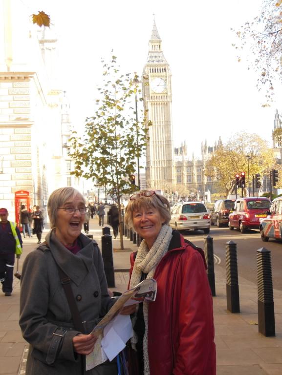 Två glada damer vid Parlamentet och Big Ben.