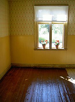 Brunfernissat golv, typiskt för 1920-talet, i en enkelstuga från 1918 i Östanbäck, Skellefteå. PS Uffe: OJDÅ, DE HAR VISST TAPET OVANFÖR PÄRLSPONTEN!!!!!!! Hehe....