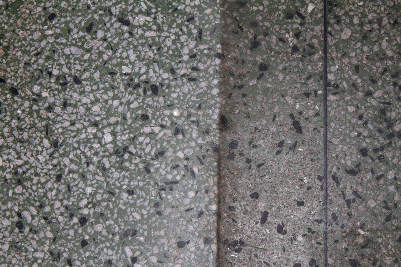 Vita fläckar på stenplattor