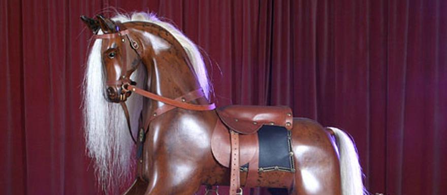 Tillverkning av gunghästar  i ädelträ - Le Rocking Horse har specialisterat sig på Viktorianska gunghästar och handtillverkar på beställning din unika gunghäst i ädelträ med man & svans i äkta tagel, sadel, grimma & tyglar i bästa läder och stigbyglar i mässing.