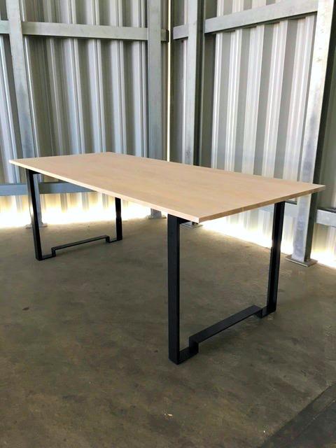 Matbord med vitvaxad ekskiva