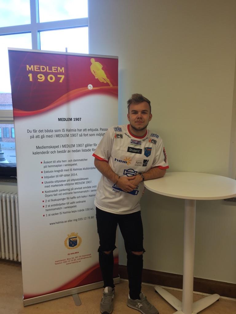 4da414f65bf Rasmus Bengtsson stannar i IS Halmia minst en säsong till. Foto: Leif  Jönsson tyst överenskommelse engelska skärgårdsdoktorn ...