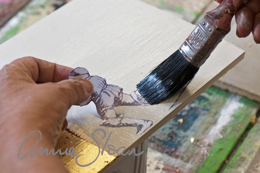 Decoupageteknik på målade möbler