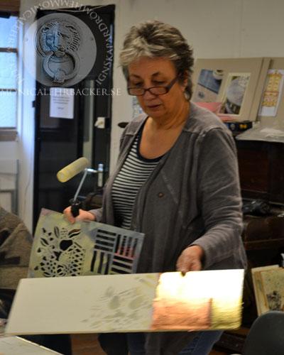 Annie demonstrerar tekniker för kommande work-shops.
