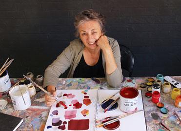 Annie Sloan en legend inom färg och målning, författare med böcker på svesnka i Monica s Butik Sverige