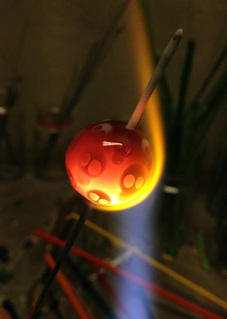 En döskallekula under tillverkning
