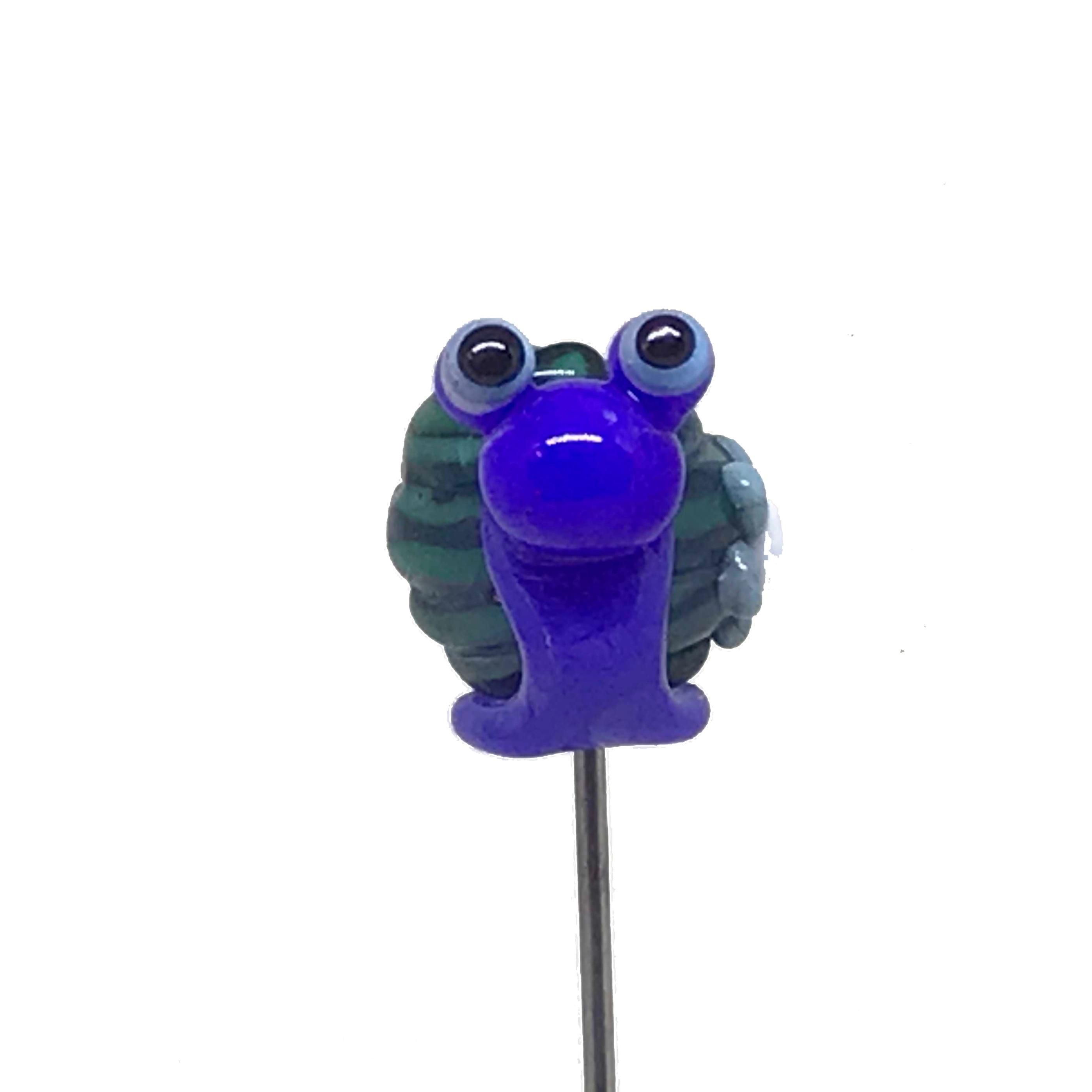 Snigel blå grön pinne framifrån frilagd