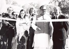 Göran Flodman, till vänster på fotot, inviger en av skolorna som byggdes i Indien genom TUFF:s insamlingar. Bredvid Göran syns Ann Sandin, Anders Nystedt, en lokal representant samt längst till höger Åke Sandin.