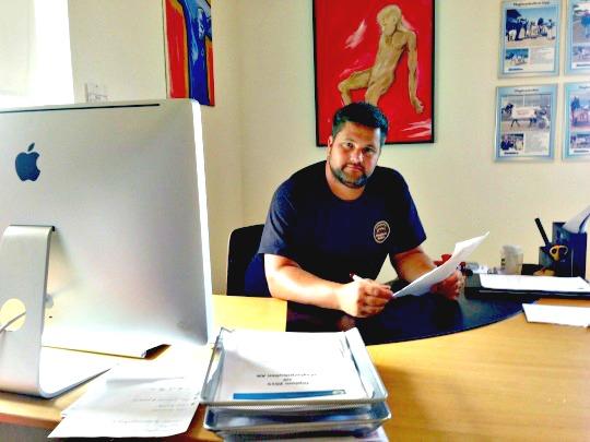 Johan Cedermarker bakom skrivbordet på kontoret - bara några steg från Maglarpsbullens produktionsdel.