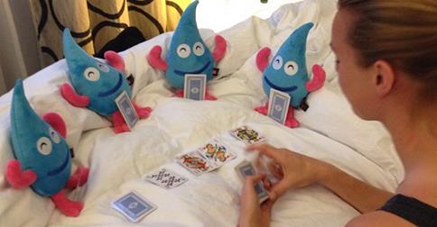 Vi kan inte undanhålla er denna bild från Femke Mermskerks hotell rum där hon lirar kort med sina vunna mascotar på EM. Käckt!
