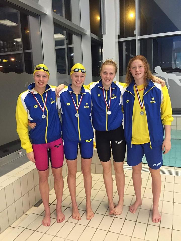 Svenska silverlaget i medleylagkappen -  Ry/Anna Miramm 1.03.88 Br/ Sara Wallberg 1.11.72 Fj/Sara Junevik 59.28 Fr/ Tiffani Segerbrand 56.19