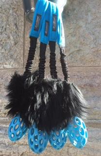STISSE - Turkosblå ruggby med svart fårskinn & lång bungee.