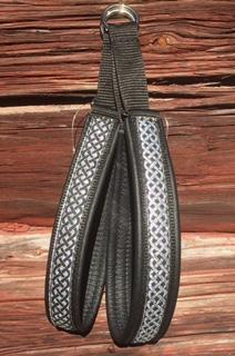 Svart skinn - Svart Keltisk fläta på silverbotten. Halsbandets totalbredd 3 cm