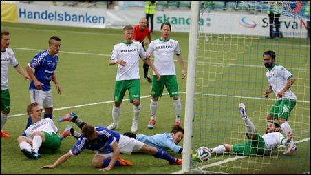 Johan Eklund tråcklar liggande in viktiga 2-1 för GIF Sundsvall när Hammarby besegrades med 3-1 på valborgsmässoaftonen. Foto: Anders Thorsell, sundsvallsbilder.com