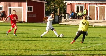 Alnö 2:s målvakt Kevin Källström avvärjer ett av flera farliga Torpshammarlägen. Här snuvar han Tomas Decker. Foto: Lokalfotbollen.nu.