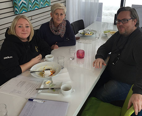 Camilla Tjernberg och Helena Matrinez från Alnö mötte Lennart Törnkvist från Matfors IF över en lunch. Foto: Karin Sundquist, SISU.