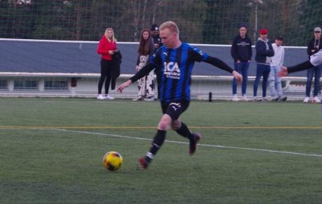Fränstas Andreas Modén utnyttjade Hassels tafatta försvarsspel och satte dit inte mindre än fem bollar. Arkivfoo: Janne Pehrsson, Lokalfotbollen.nu.