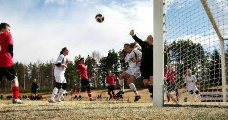 Fräsig actionbild från en av damlagets matcher för några år sedan. Numera saknas det seniorverksamhet i Alby.