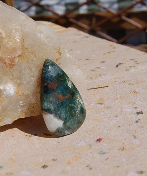 En vacker Blodsten som är flatback, kan också användas som amulettsten