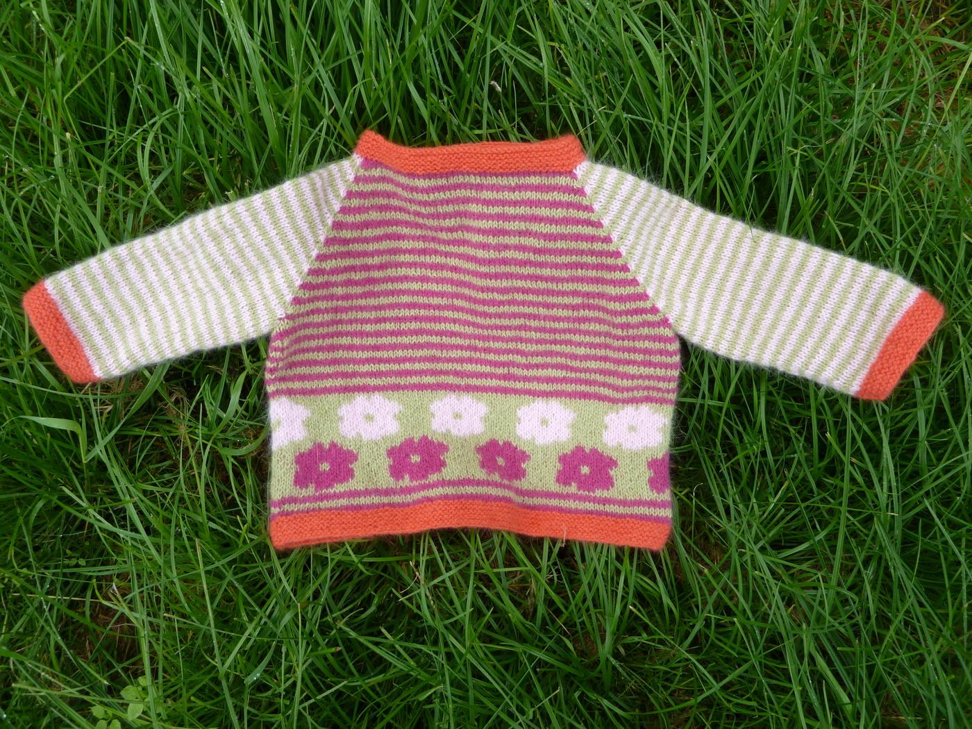 Babytröja med vresrosor 0-12 mån cerise/rosa/grön m orange kant - Stickpaket