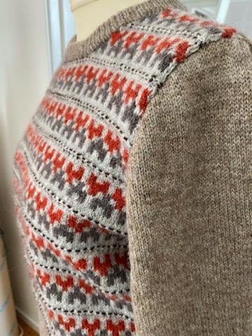 Bohus Stickning Stigbygeln jumper kofta helmönstrad front röd/gråbrun, brun bf rygg och arm samt resårer