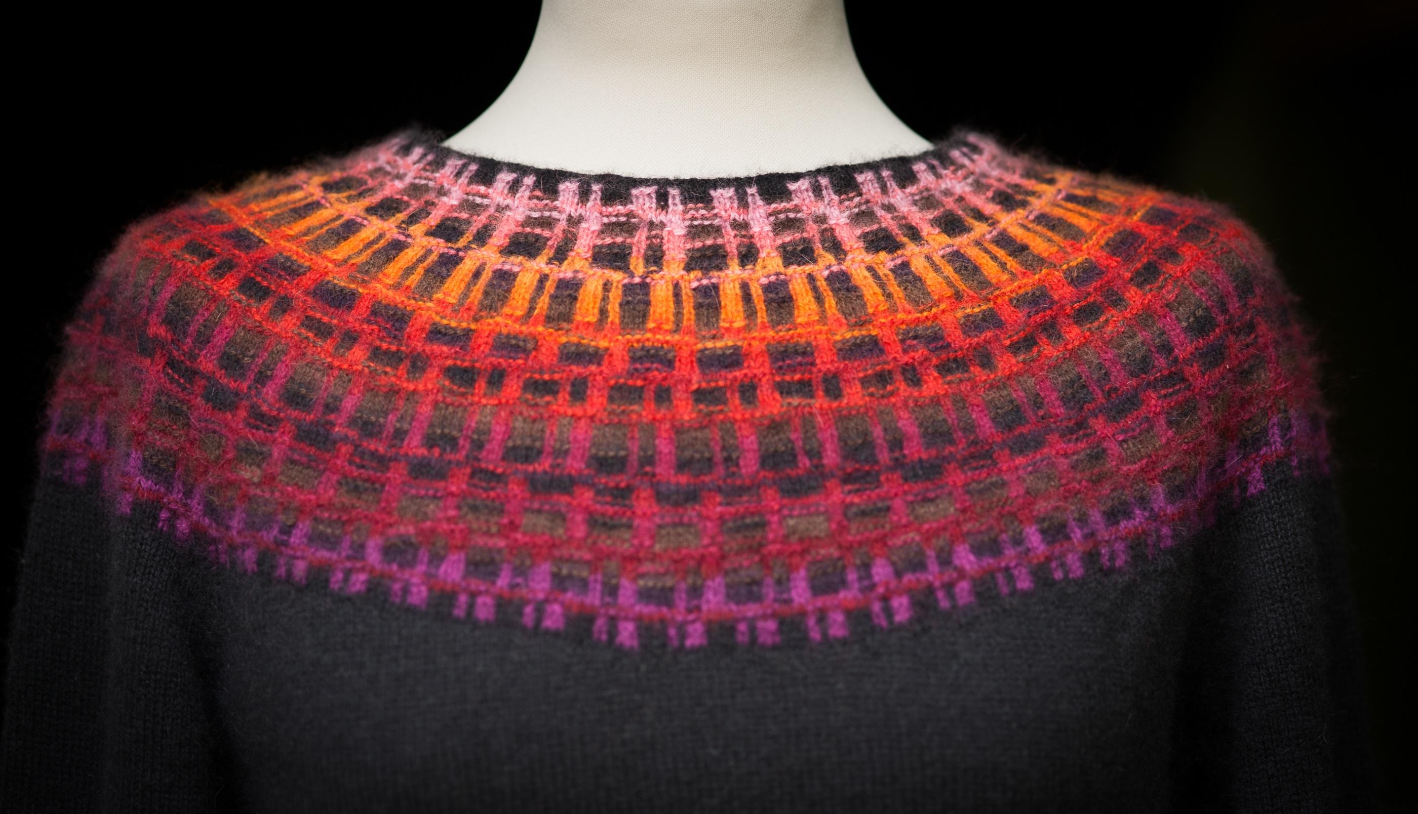 Bohus Stickning Gallret Rött pullover/cardigan kit, foto Karin Björk
