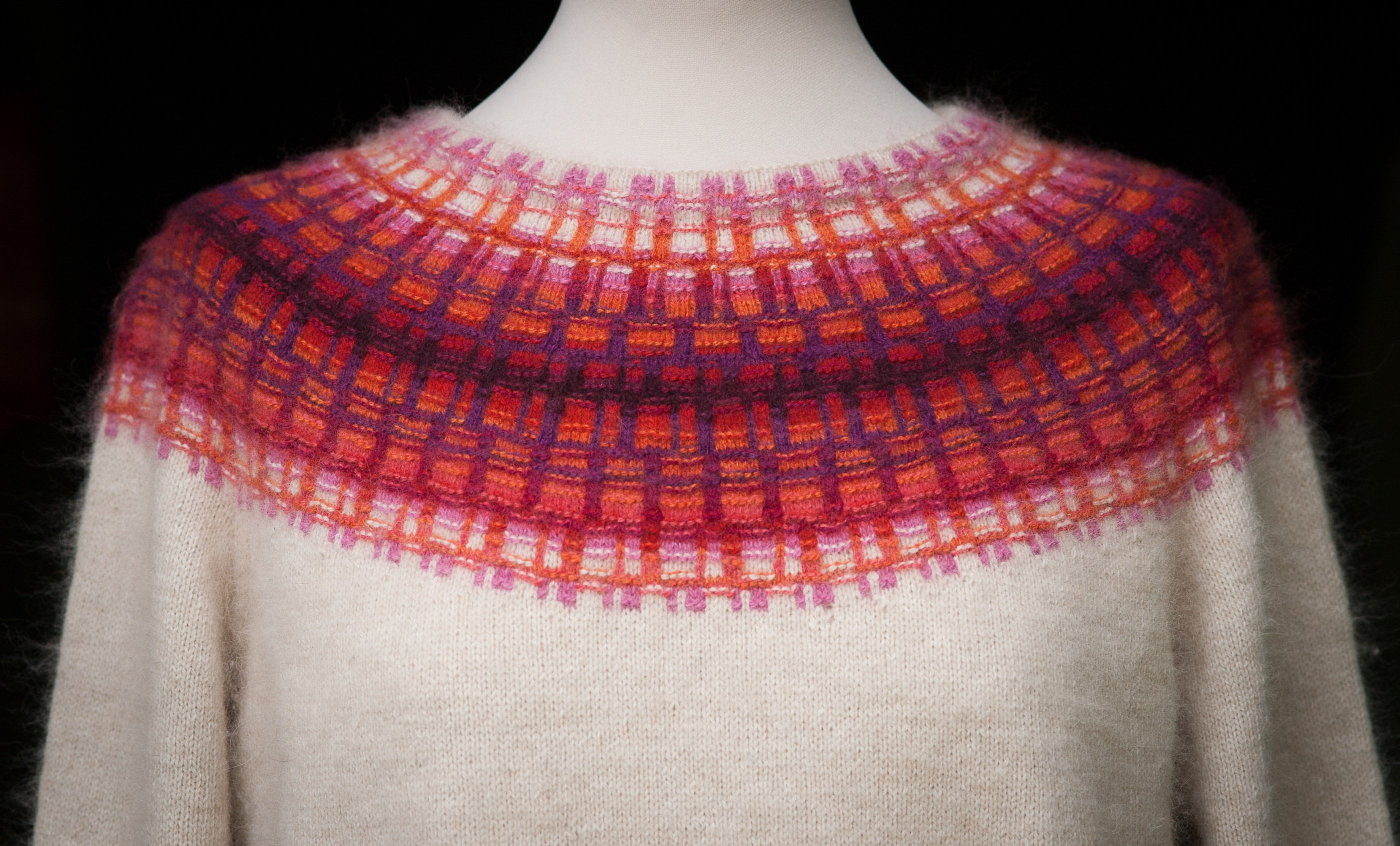 Bohus Stickning Gallret Rött På Ljus Botten pullover cardigan kit, foto Karin Björk