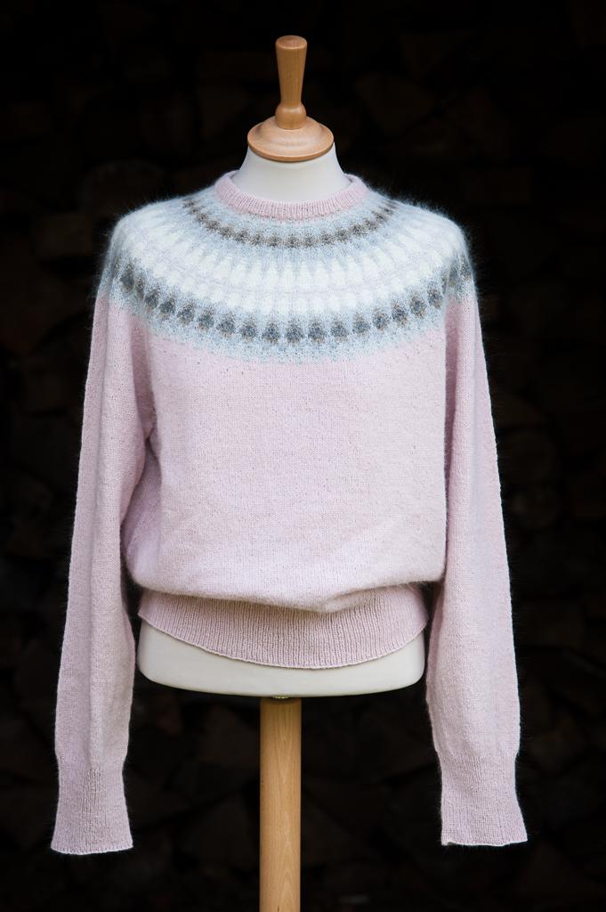 Bohus Stickning Grå Dimman Rosa pullover/cardigan kit, foto Karin Björk