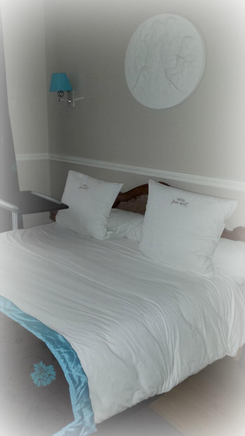 Inbjudande säng efter många steg på Avenue de Champagne :)
