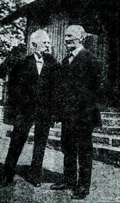 Två Varnhemspojkar, J. August Lindqvist (t v) och August Pettersson (t h) resp. 90 och 88 år gamla. (23/5 1925)