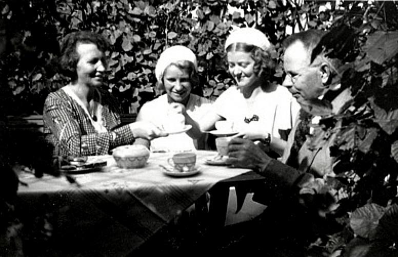 G. 58 Endast digital bild. Kaffestund i bersån 1932. Bild från Gudrun Ramviken, Sörgården, Varnhem, 2014. Insatt av Kent Friman, 2014-04-26