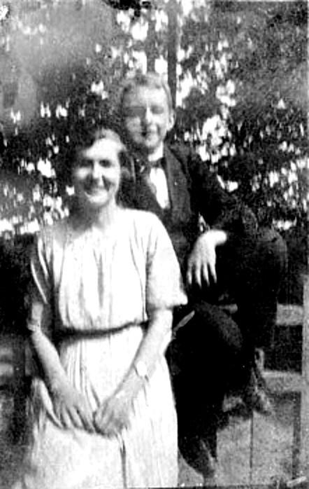G. 59 Endast digital bild. Margit Engstrand och Kalle vid Saleby Prästgård 1922. Bild från Gudrun Ramviken, Sörgården, Varnhem, 2014. Insatt av Kent Friman, 2014-04-26