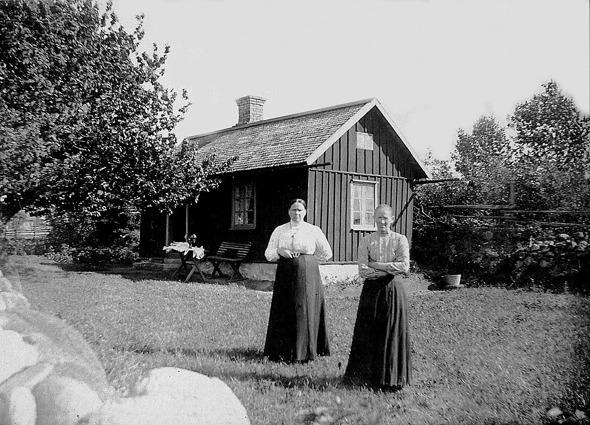 Foto från Förbergs samling via Astrid Blomqvist, Tomten, Lundby, 2014. Matilda och Kristina Johansson i Knivaledet.