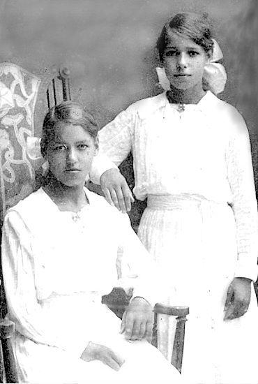 Västergötlands Museum -Bildnummer: B145164:132 Fotograf: Valborg Kjellander  Bildtext: Rut och Ingeborg, tvillingdöttrar till Alma Jonsson, födda år 1906
