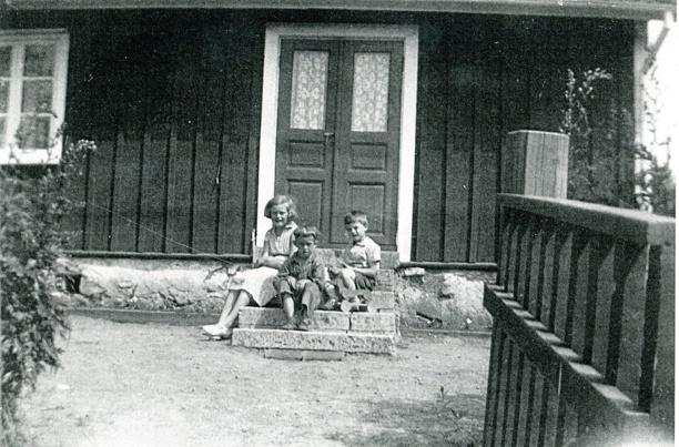 Sandtaget foto 1937. Barnen är fr v Margit Roth (senare Lindqvist), Bäckedalen 2, Bengt Jonsson, Ivarstorp och Evert Strid, barn i huset