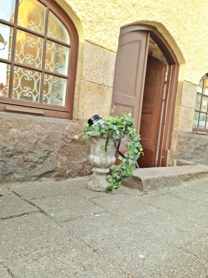 Går du på skolgatan och passerar nr 27 så ser vår dörr ut såhär :) kom in & säg hej ! Kramar Tania