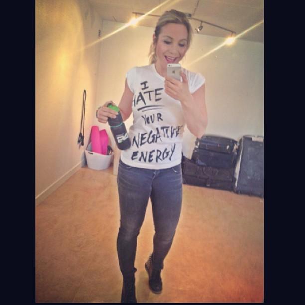"""Min T-shirt idag fick mycket uppmärksamhet , """"I hate your negative energy"""" så tänker jag också...jag vill bara omge mig med positiva människor..för då mår jag bäst."""