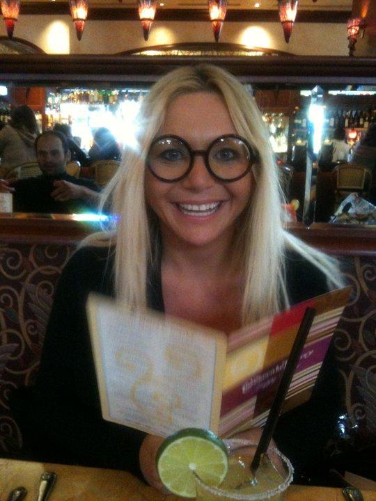 Hittar jag roliga glasögon gillar jag att chocka bordsgästerna brevid när jag ska läsa menyn bland annat :)