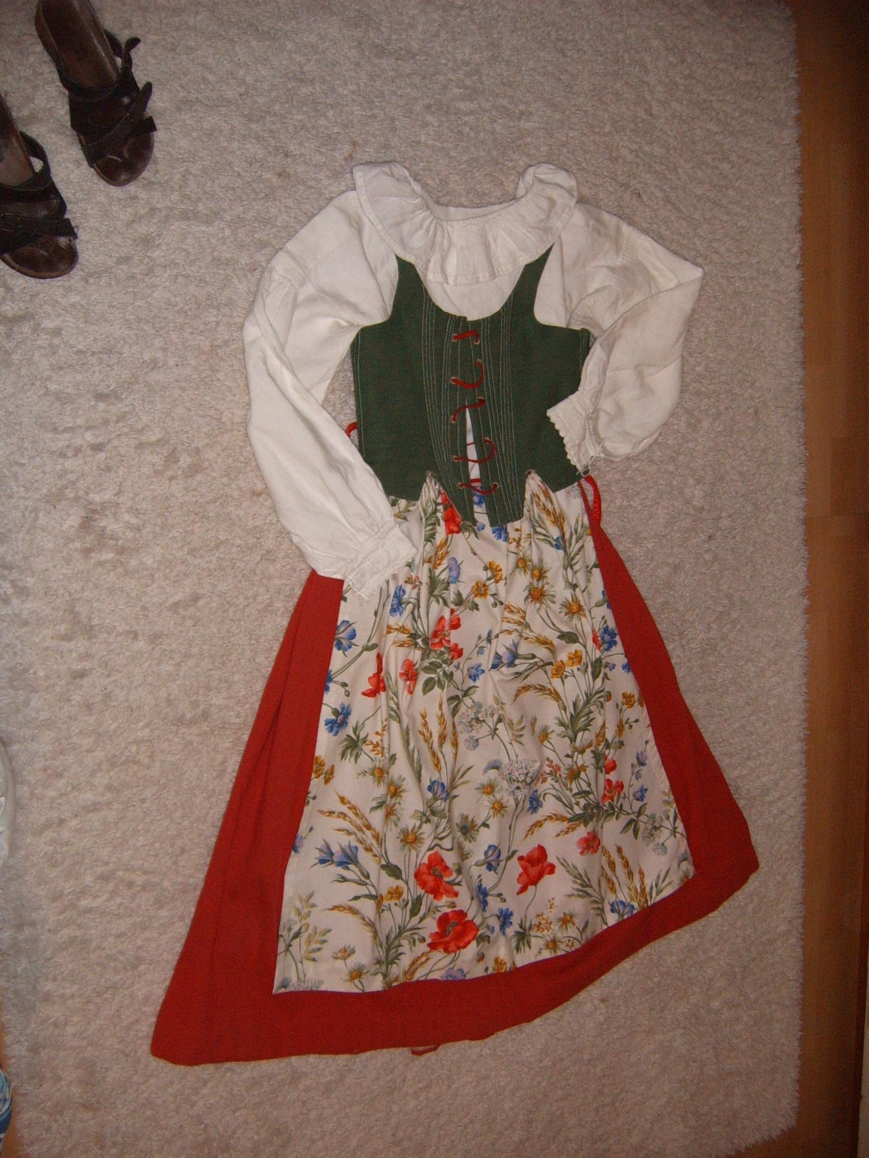 9fd6bd4782e3 med röd kjol, grönt livstycke, blommigt förkläde (ev. kan två förkläden  ingå) samt broderad särk. Säljes. Storlek ca 36-38. Prisidé: 4.000 kr.
