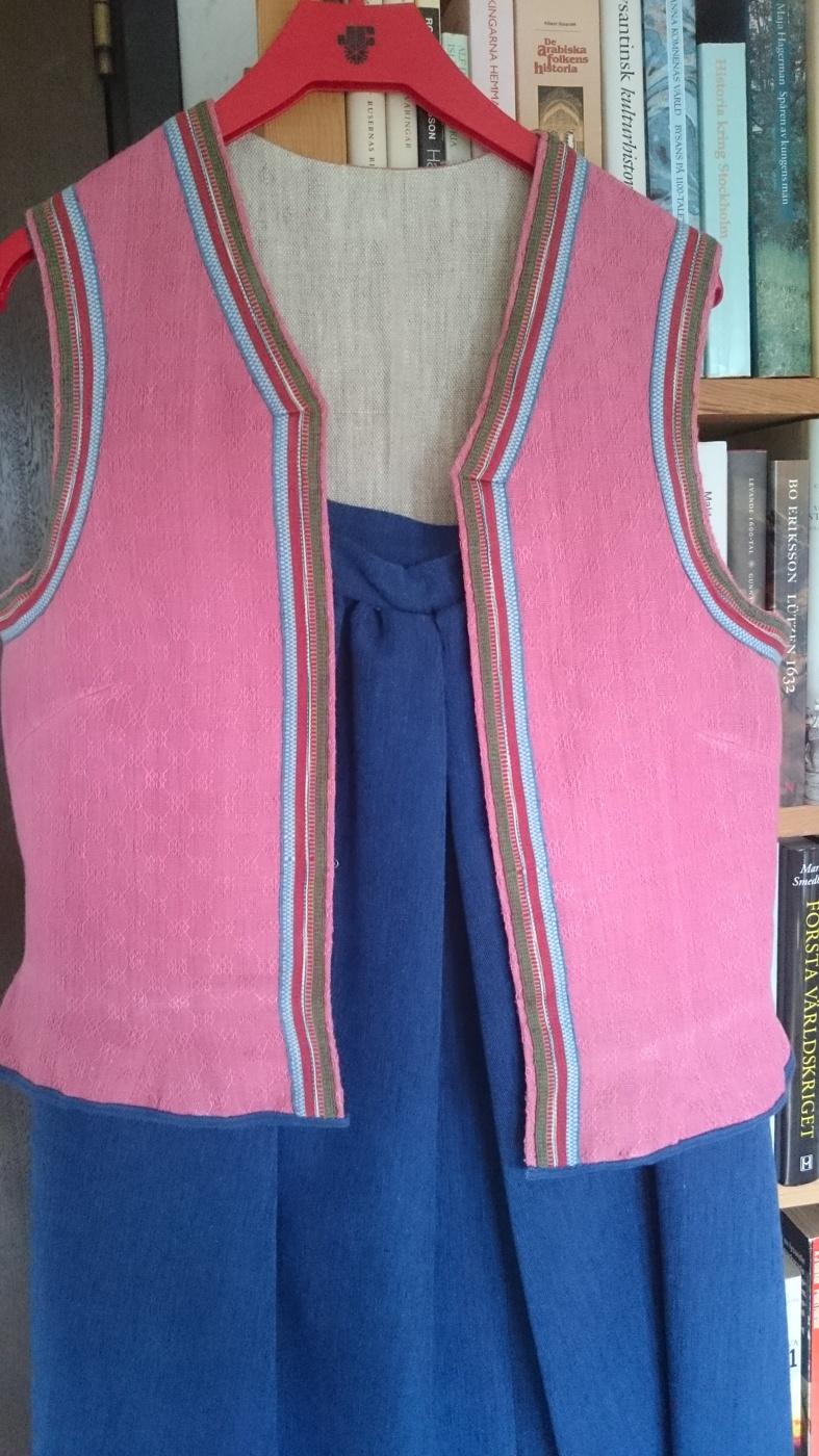 b587925f7520 Jag säljer min obetydligt använda blekingedräkt, storlek 36-38. Dräkten är  den sk Öllerska från östra Blekinge med rosa väst. Kjol, förkläde, skjorta,  väst, ...