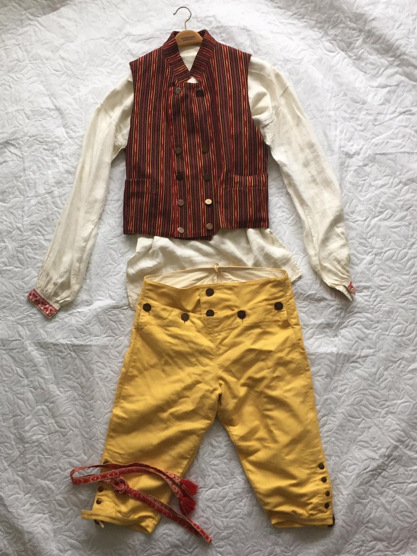 55365355e58c Svärdsjö mansdräkt säljes. Ingår: skjorta, väst, byxor, knätofsar, strumpor  med hållare, skärp. Storlek: L